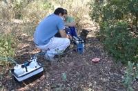 Dos científicos de la Universidad de Córdoba toman muestras en Sierra Morena