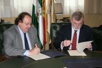 Pablo Pombo (izq) y Jose Manuel Roldán firman el acuerdo