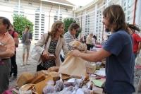 La vicerrectora de Vida Universitaria y Responsabilidad Social, Rosario Mérida, adquiere uno de los productos ofertados en el Mercadillo de la Feria de Consumo Responsable
