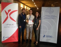 Amanda García y Javier Estévez junto al doctorando premiado Pascual Herrera (en el centro)