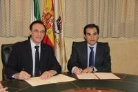 José Carlos Gómez Villamandos y José Antonio Nieto durante la firma del convenio