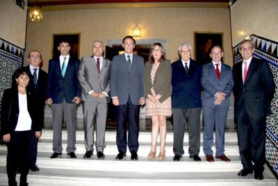 Foto de familia de autoridades y galardonados