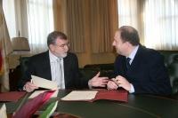 El rector, José Manuel Roldán, y el director general de Ineprodes, Miguel Tienda, conversan antes de la firma del convenio
