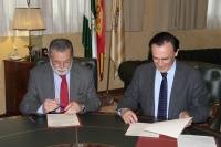 El presidente de Aguas de Córdoba y el rector de la Universidad de Córdoba, durante la firma del convenio.