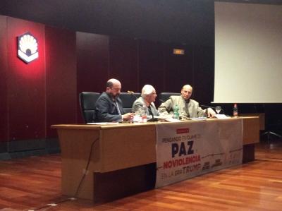 En la imagen, Manuel Torres, Johan Galtung y Ramin Jahanbegloo