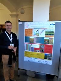 Manuel Seeger durante la presentación de su póster en la Conferencia