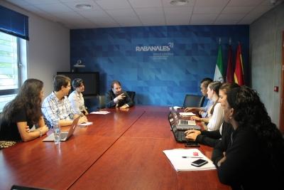 El director general de Rabanales 21,Juan Ramón Cuadros, con los alumnos del programa de prácticas