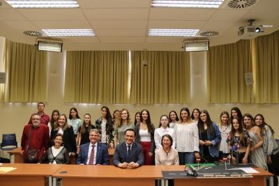 José Carlos Gómez Villamandos y Lorenzo Salas Morera junto con las alumnas que han participado en el concurso