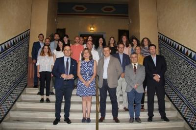 Foto de familia de autoridades y participantes en el programa Andalucía Open Future