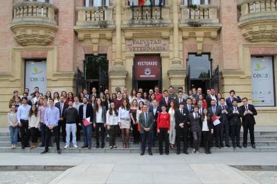 Foto de familia de la clausura del Torneo Tres Culturas en la entrada del Rectorado de la UCO.