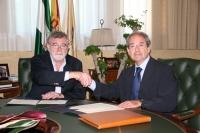El rector, José Manuel Roldán y el presidente del Colegio de Veterinarios, Antonio Amorrich, se saludan tras la firma de los acuerdos