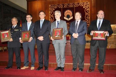 El rector, José Carlos Gómez Villamandos y el presidente del Consejo Social, Francisco Luis Córdoba, acompañados de los premiados Tomás de Aquino.