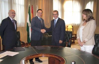 En el centro, José Carlos Gómez Villamandos y Álvaro Pascual-Leone se saludan tras la firma del acuerdo, flanqueados por Isaac Túnez y Julieta Mérida
