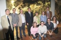 El rector, decano de Filosofía y Letras, con la directora y colaboradores del Aula.