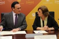José Carlos Gómez Villamandos y Marta Rivas Abad durante la firma del convenio