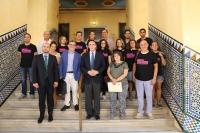 El rector de la Universidad de Córdoba, junto a varios investigadores de la comunidad universitaria tras la presentación de la Noche.