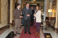 En el centro, el rector conversa con los candidatos socialistas al Senado y el Congreso, José Manuel Marmol y Mª Jesús Serrano.