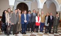 Foto de familia de autoridades firmantes y reprseentantes de la Universidad, Junta de Andalucía, Ayuntamiento de Montilla y sector vitivinícola de la zona.