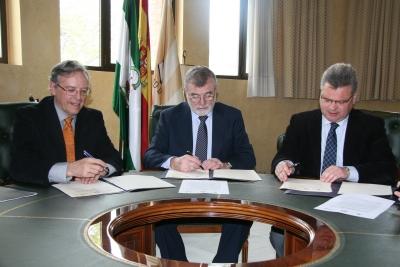 De izda. a dcha., Daniel Peña, José Manuel Roldán y Esteban Morales suscriben el acuerdo de colaboración
