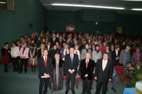 Las autoridades académicas posan junto a los alumnos homenajeados al inicio del acto