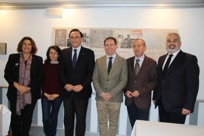 El rector y el gerente del Grupo Cabezas, con representantes de ambas instituciones, tras la firma del convenio.