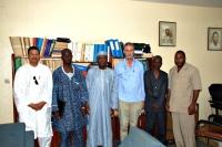En la fotografía, los miembros del Grupo de Cooperación, junto con el rector y vicerrector de la Universidad Abdou Moumouni, y profesores de la Faculta d de Ciencias y el IUT de Maradi.