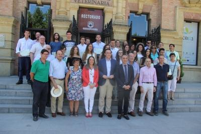 Foto de familia de autoridades académicas, alumnos premiados y directores de centros.