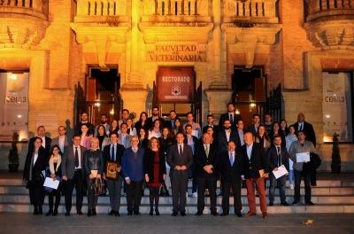 Foto de familia de autoridades académcias, alumnado y empresas reconocidas en el acto inaugural
