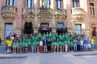 Los alumnos participantes en el campus de investigación posan tras la inauguración con el rector, profesores y colaboradores de la actividad