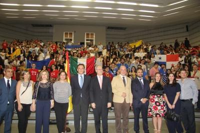 Foto de familia de autoridades y participantes al término del acto inaugural del Campeonato.