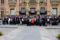 Estudiantes del EYP, junto a  la 4ª teniente de alcalde del Ayuntamiento de Córdoba Alba Doblas y la vicerrectora de Investigación de la UCO, María Teresa Roldán, en la puerta del Rectorado.