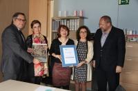 De izquierda a derecha, Antonio Torres, Rosario Mérida, Araceli Sánchez, Mª Isabel Baena y Manuel Torralbo con la acreditación obtenida por el CAIT