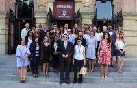 Foto de familia de estudiantes, entidades y autoridades universitarias.