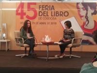 La periodista madrileña Marta García Aller y la la coordinadora técnica de la Unidad de Cultura Científica y de la Innovación de la Universidad de Córdoba, Elena Lázaro, en la la XLV Feria del Libro