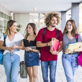estudiantes-hablando-paseando