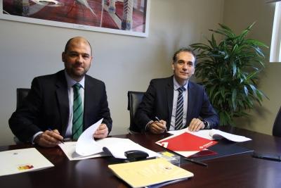 De izquierda a derecha, Enrique Quesada Moraga y Victoriano Díaz Corbacho en la firma del convenio.