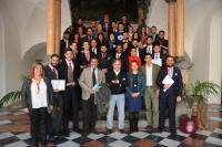 Foto de familia de autoridades y participantes en el torneo de debate