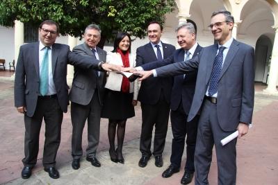 Autoridades participantes en la presentación del acuerdo que permitirá las prácticas del alumnado de Derecho