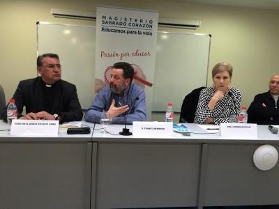 Franco Nembrini (el segundo por la izquierda) durante su conferencia.