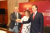 De izquierda a derecha, Antonio Ruiz, Isabel Ambrosio y José Carlos Gómez Villamandos, tras la firma del acuerdo.