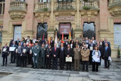 Foto de familia de autoridades y premiados al término de las jornadas