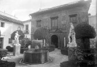 Acceso al pabellón dedicado a Julio Romero de Torres en el Museo Provincial de Bellas Artes de Córdoba, antes de la reforma de 1936.