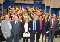 Autoridades academicas juno a Carmen Linares momentos antes de comenzar el acto
