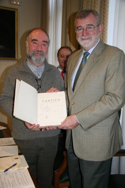 Miraz (izq) y Roldán con uno de los ejemplares donados