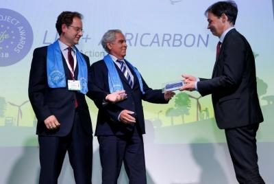 """El profesor de la UCO Jesús A. Gil Ribes y el director de la AEAC-SV reciben del director general de Clima de la CE el premio """"Best of the Best"""" en la modalidad de Acción contra el Clima."""