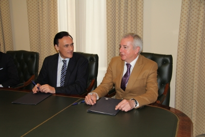 De izquierda a derecha, José Carlos Gómez Villamandos y Javier Martín Fernández  conversan tras la firma del acuerdo