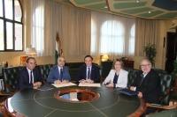 De izquierda a derecha, Bernardo Rivera, Alejandro Ceballos, José Carlos Gómez Villamandos, Julieta Mérida García y Eduardo Ramos Real, tras la firma del acuerdo.