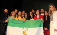 Foto de familia de autoridades y representantes estudiantiles tras recibir el premio concedido por la Junta de Andalucía