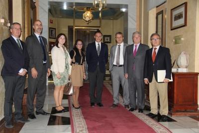 El rector, el presidente de CECO y la directora de Rich & Asociados Formación con responsables del máster y representantes de las tres entidades firmantes.