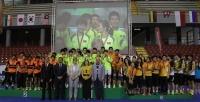 Los equipos de China , Malasia, China Taipei y Corea del Sur en el podio con los representantes de las instituciones organizadoras
